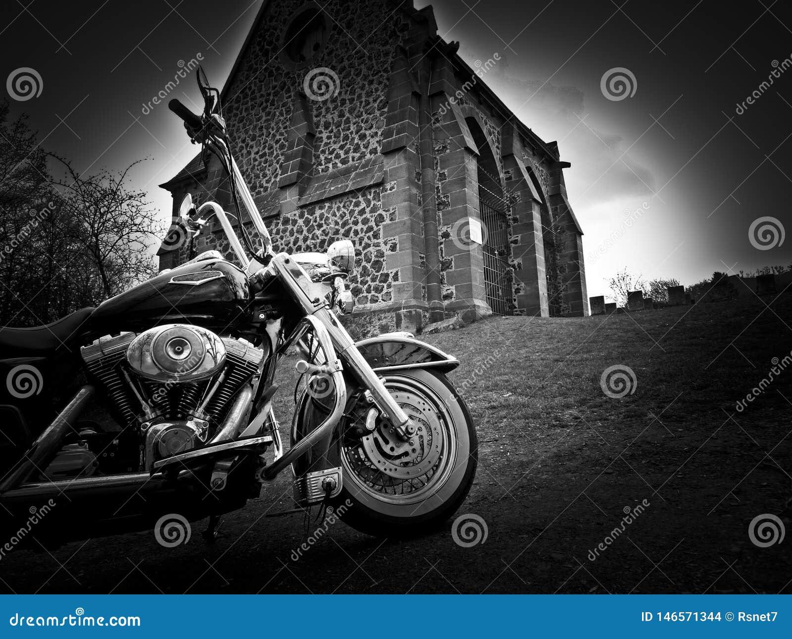 Motorcykeln är framme av kyrka