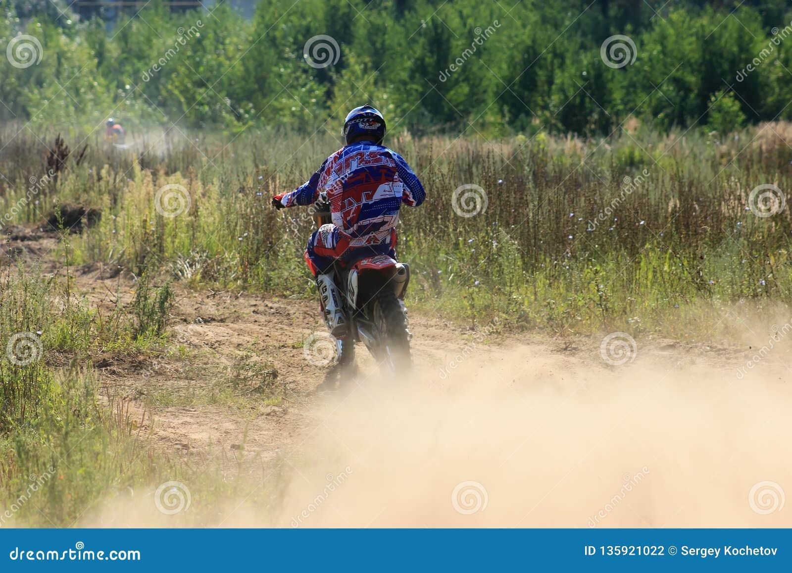 Motorcykeltävlingsförare i konkurrensen i staden av Bor Ryssland 10 august 2014 år