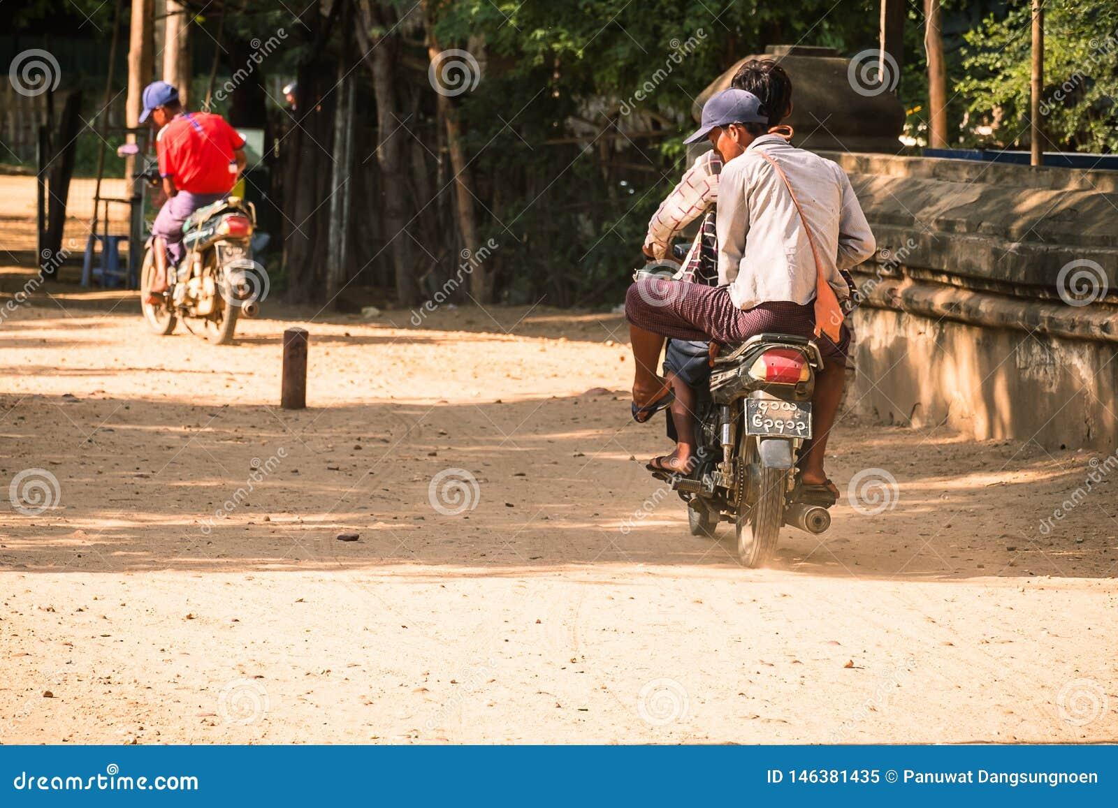 Motorcyklar för Myanmar folkritt i den arkeologiska zonen för forntida tempel r