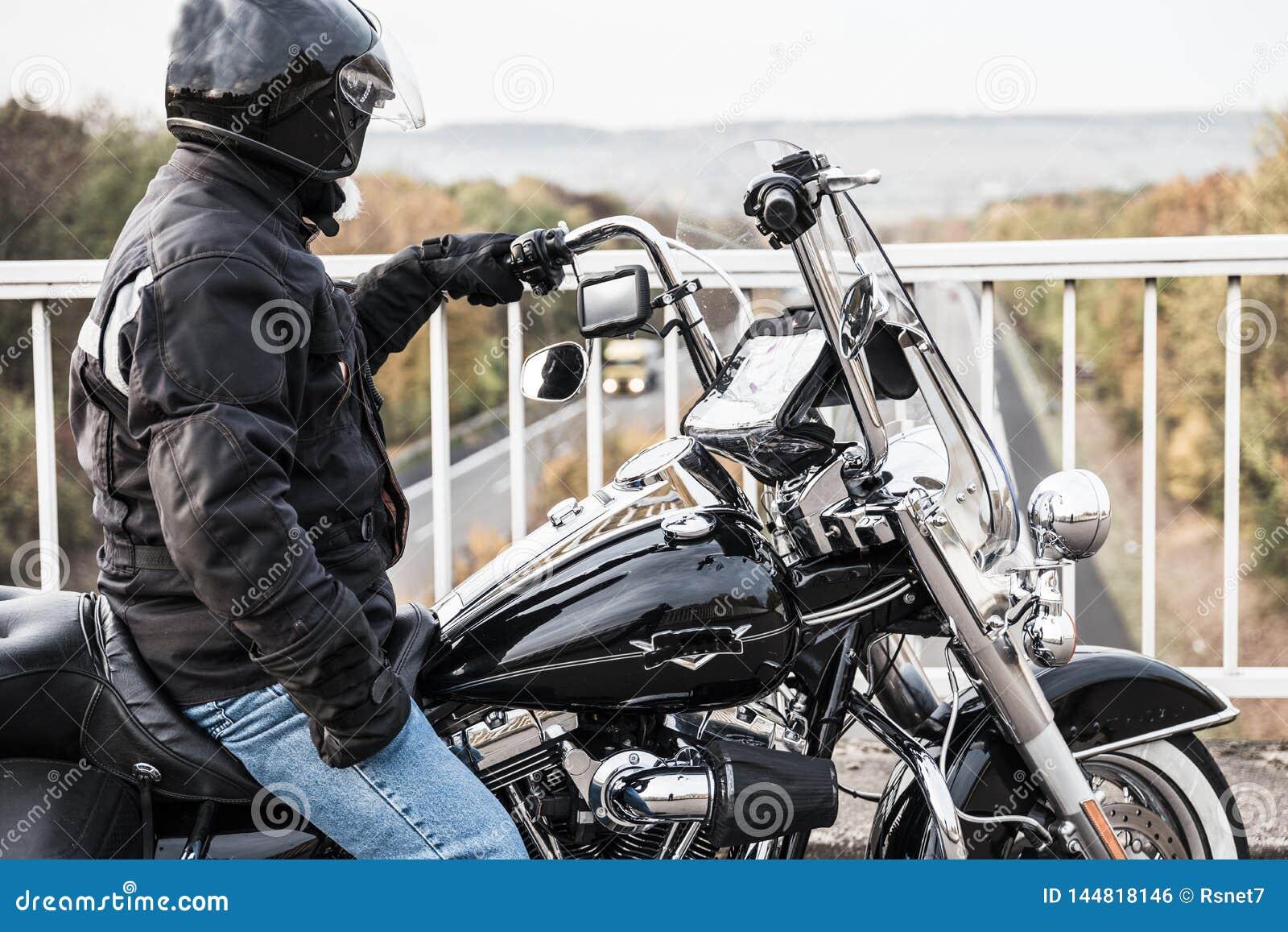 Motorcyklisten ser huvudvägen