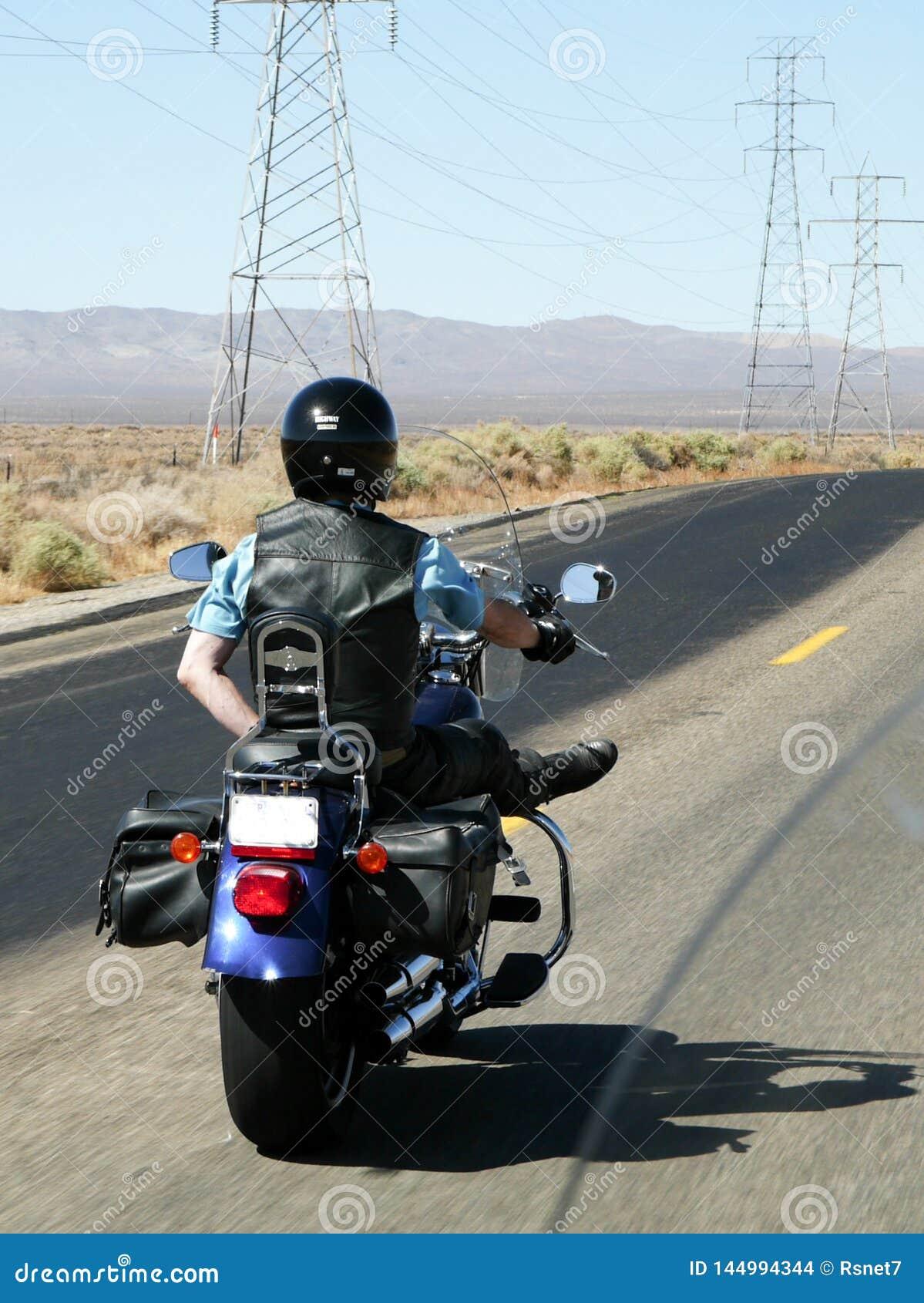 Motorcyklistritter one-handed till och med öknen