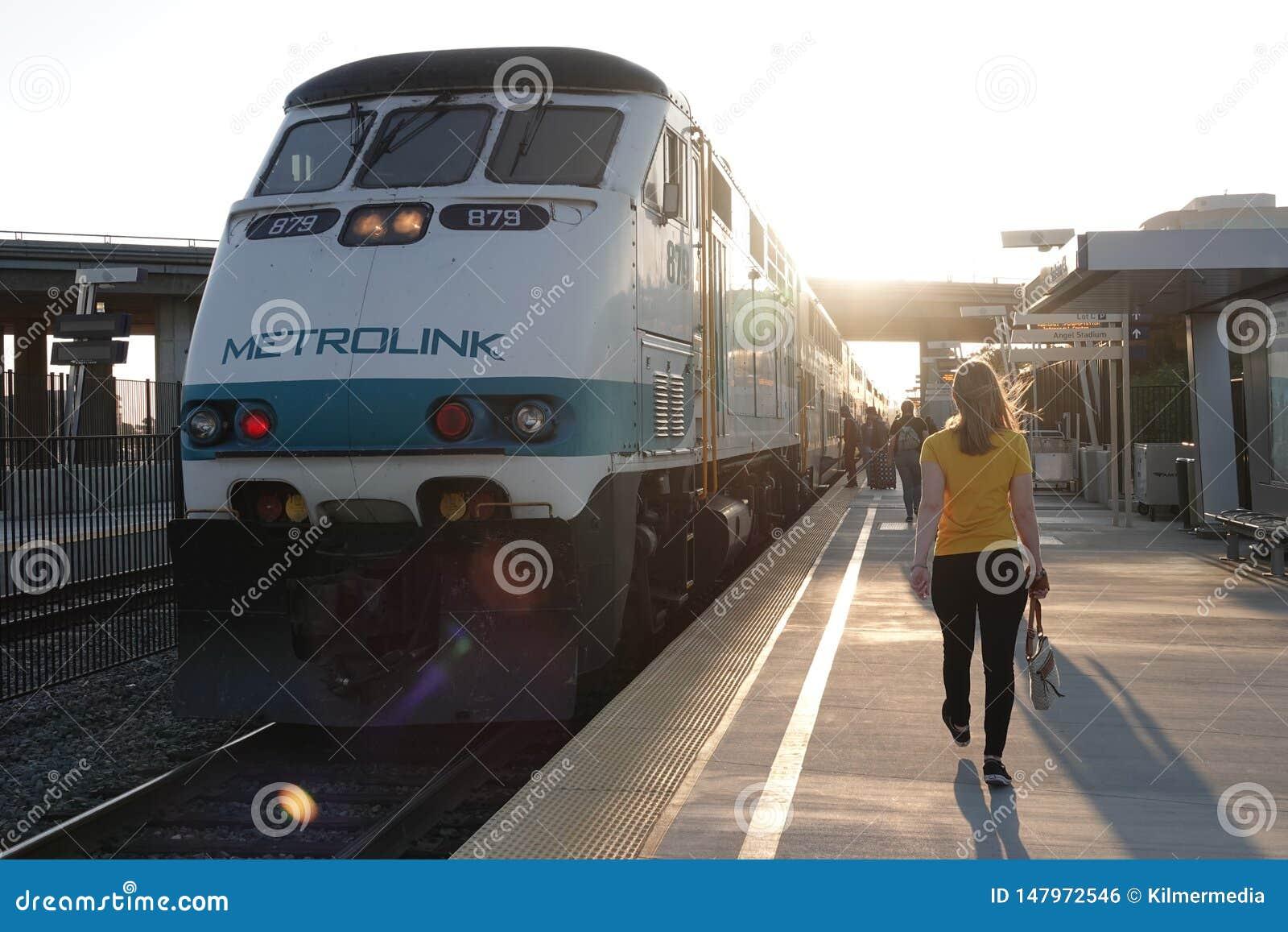 Motore del treno di Metrolink al binario della stazione a Anaheim, California
