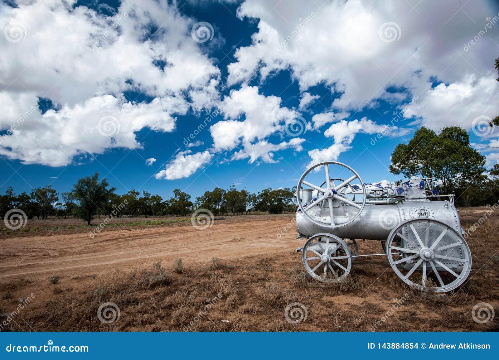 Motore a vapore all entrata alla stazione degli ovini e dei bovini di un entroterra in Australia