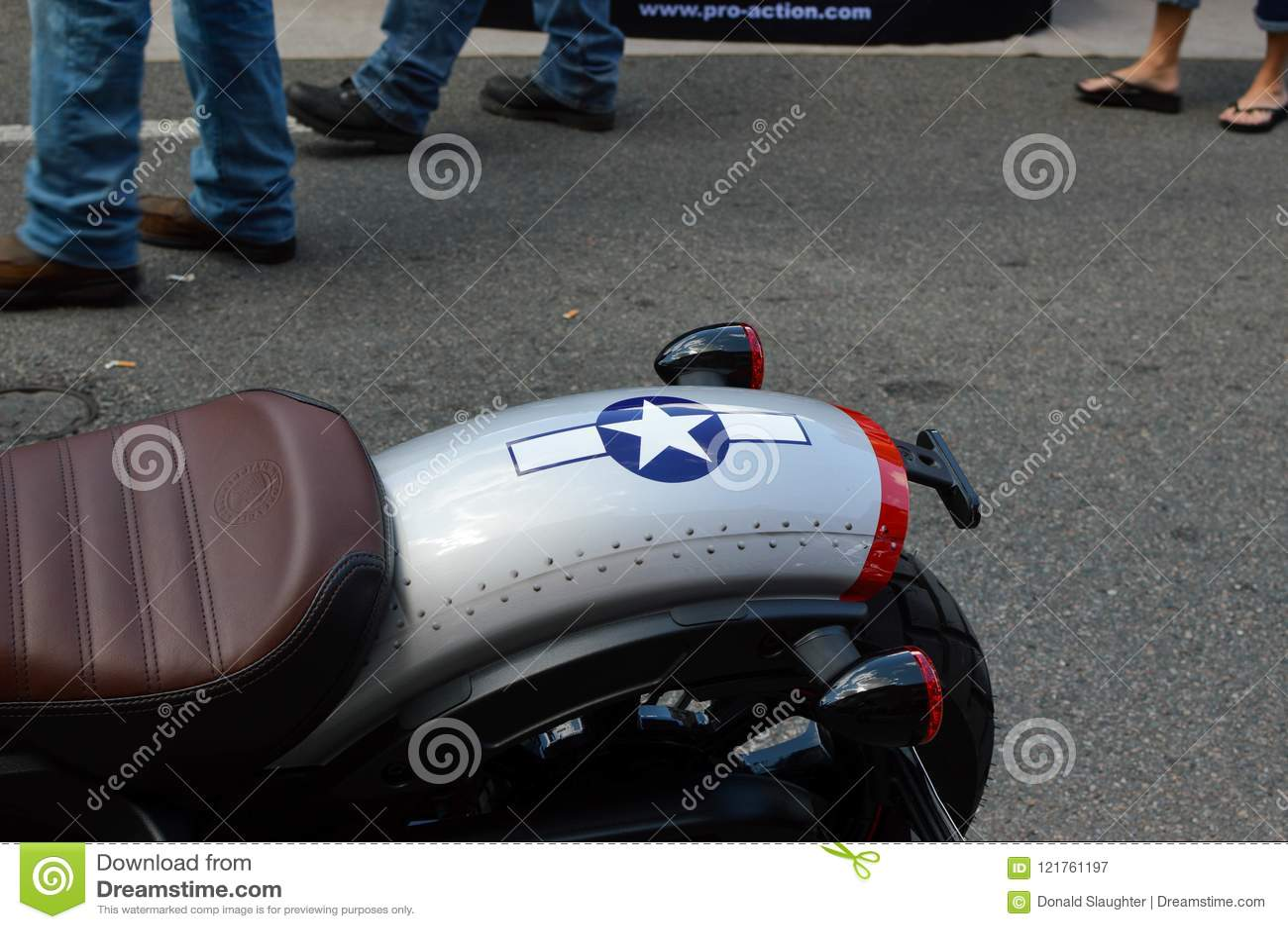 Motorfiets als een p-51 Vechtersvliegtuig dat wordt geschilderd