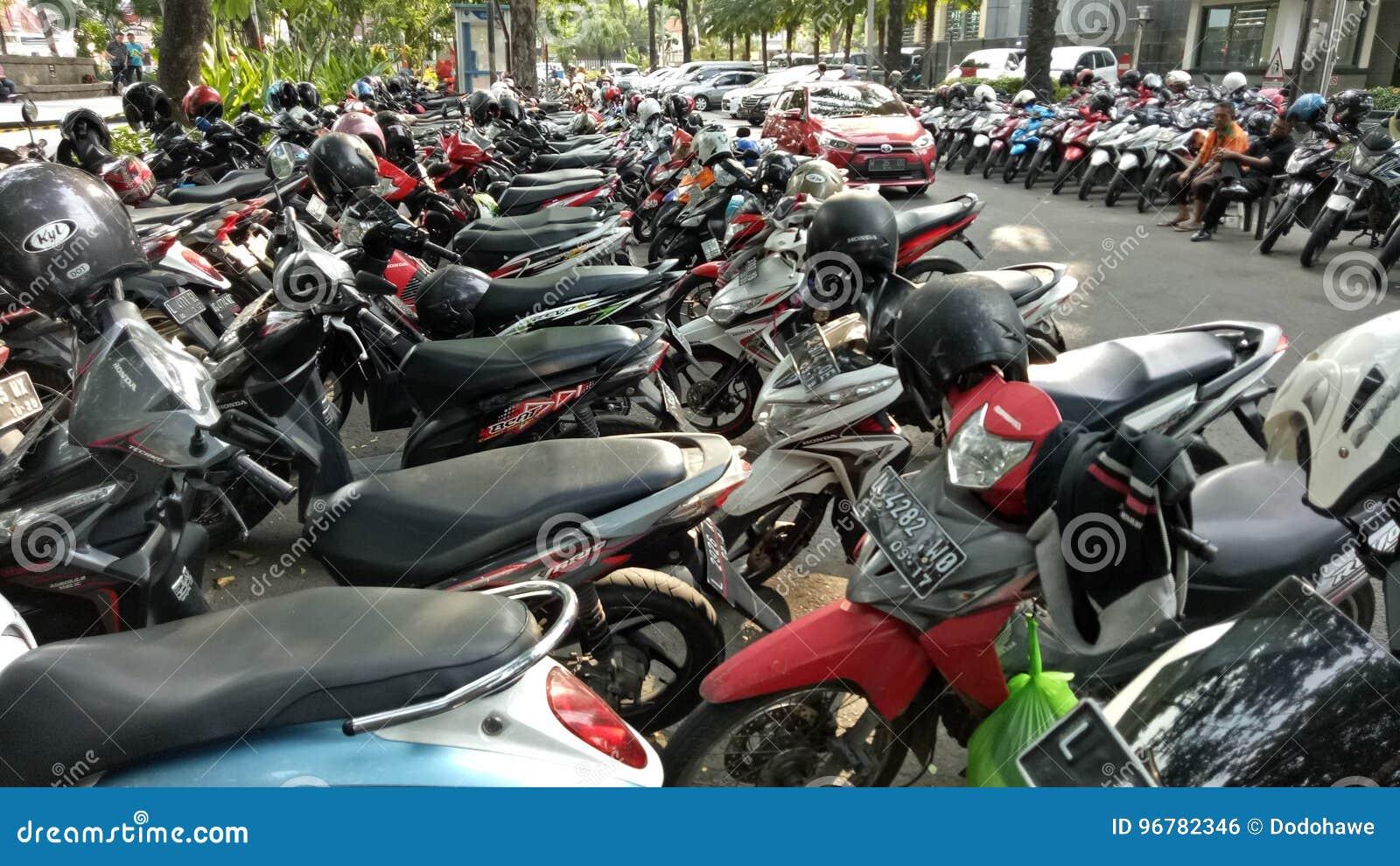 Motorfietsparkeren in Bungkul-park, Surabaya, Oost-Java, Indonesië