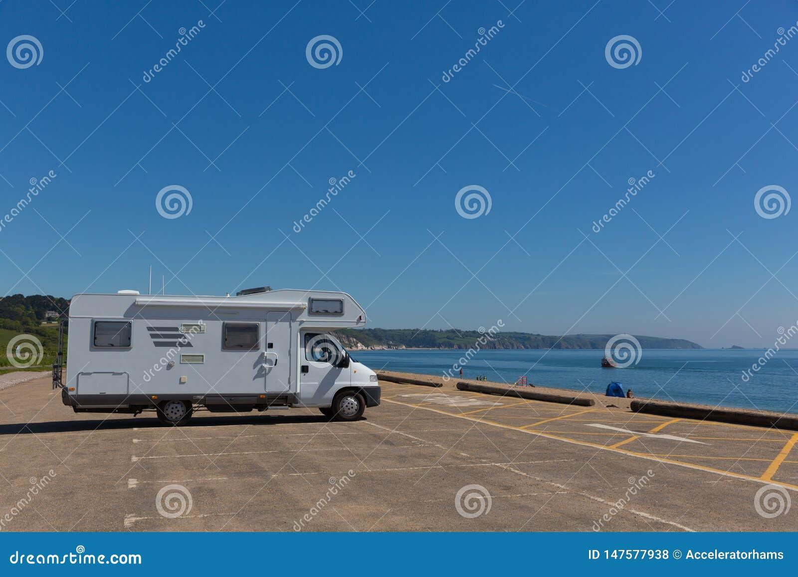 Motorhome in parkeerterrein door het Zand Engeland het UK wordt geparkeerd dat van strandslapton