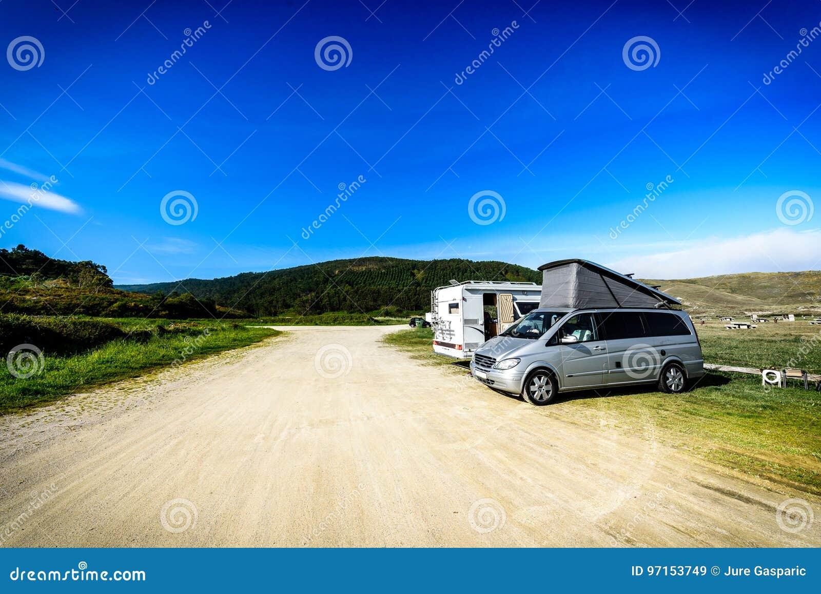 Motorhome RV和campervan在海滩停放