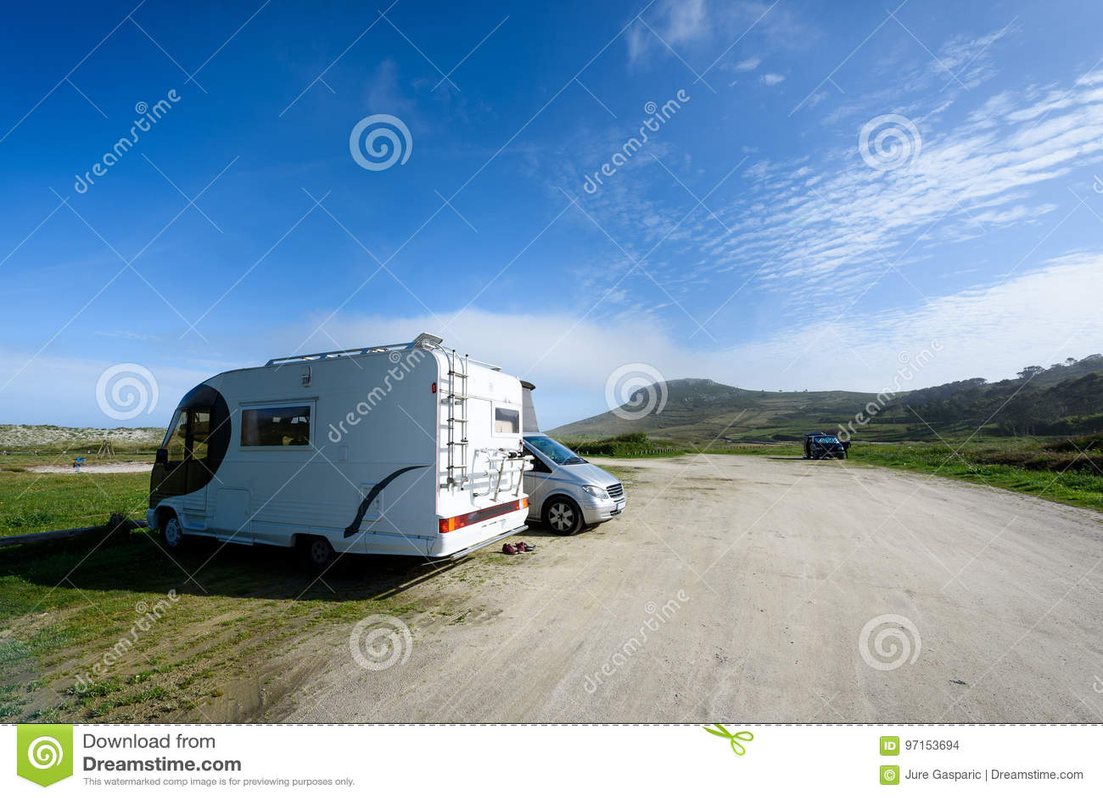 Motorhome RV и campervan припарковано на пляже