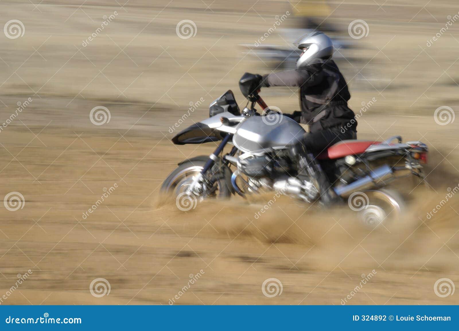 Motorista campo a través - movimiento blured