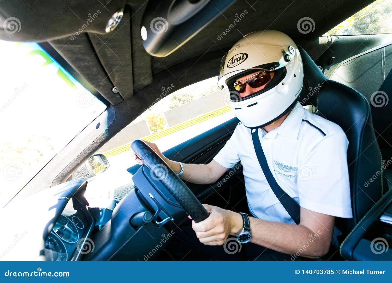 Motorista de carro de corridas em uma Asti Martin Sports Car