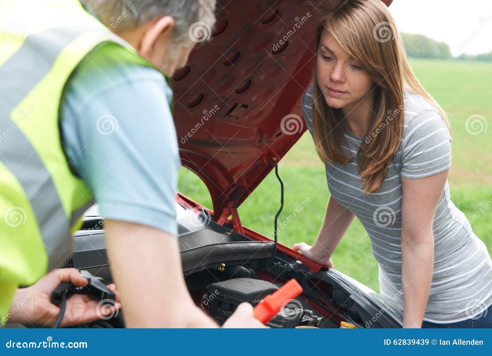 Motorista de la hembra de Helping Broken Down del mecánico
