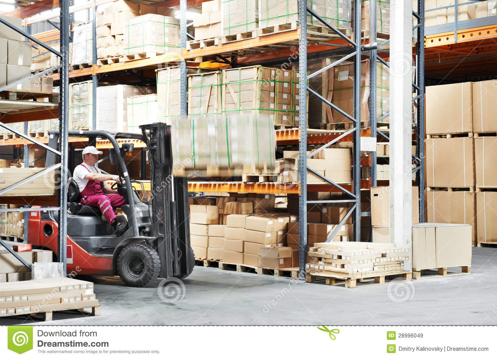 Motorista do trabalhador em trabalhos do carregador da empilhadeira do armazém