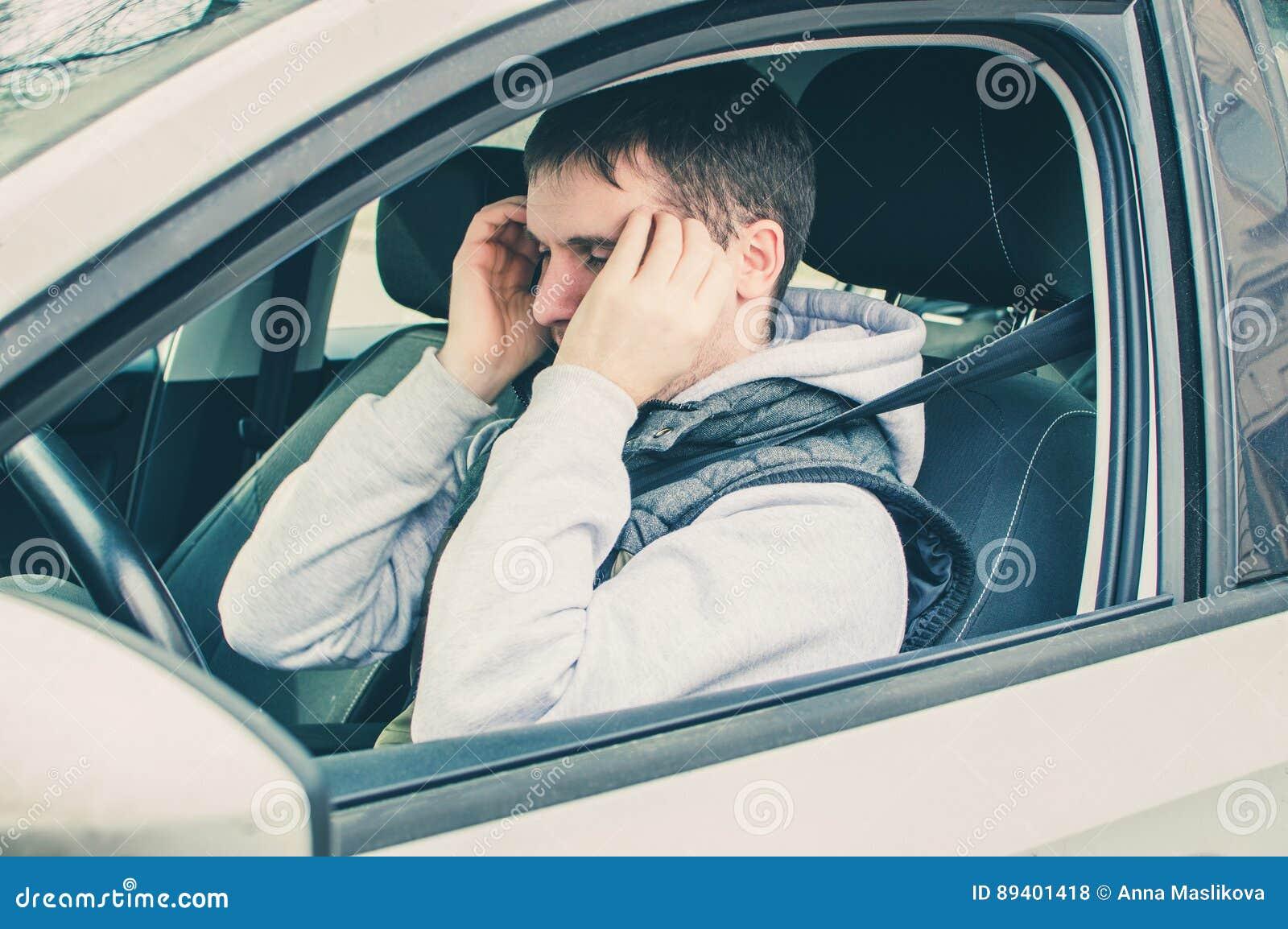 Motorista furioso e imprudente Perigo que conduz o conceito