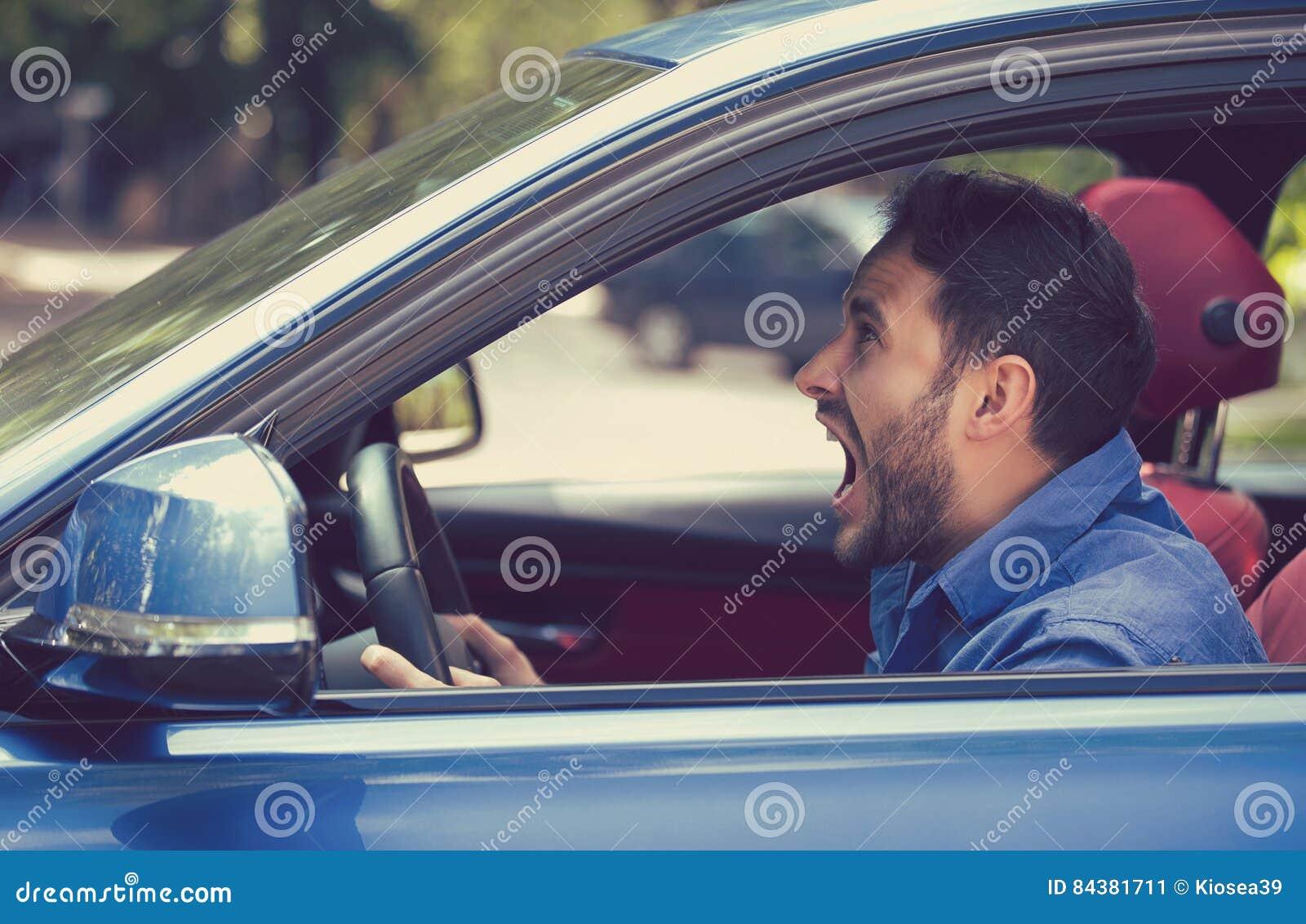 Motorista irritado do perfil lateral Expressão negativa da cara das emoções