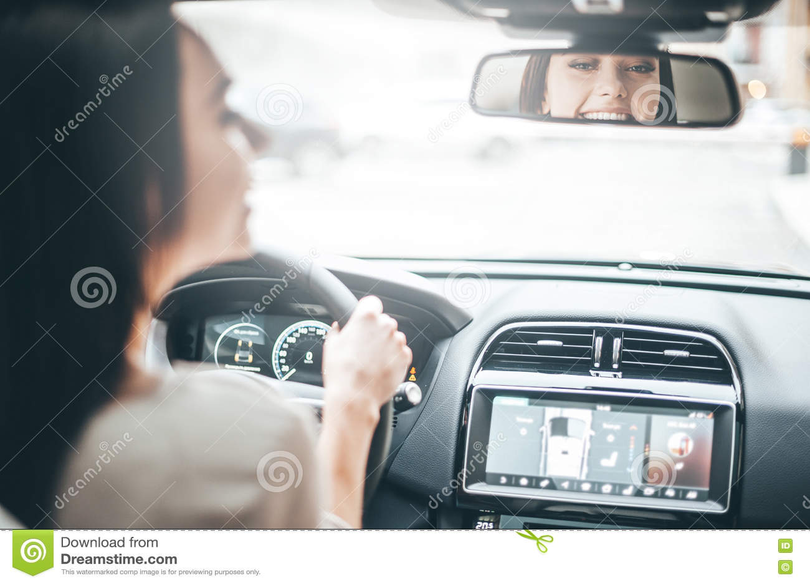 Motorista no espelho retrovisor