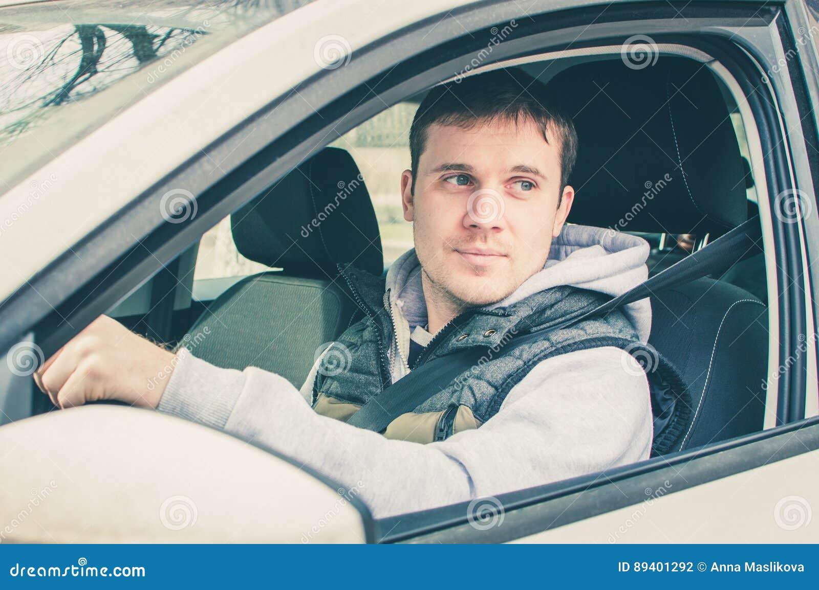 Motorista que pensa dentro do carro Condução segura
