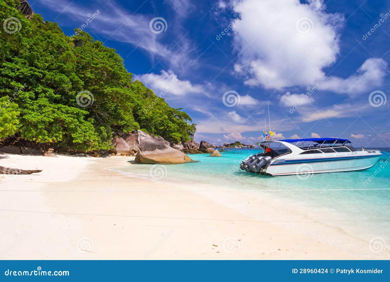 Motorowa łódź przy tropikalną plażą Similan wyspy