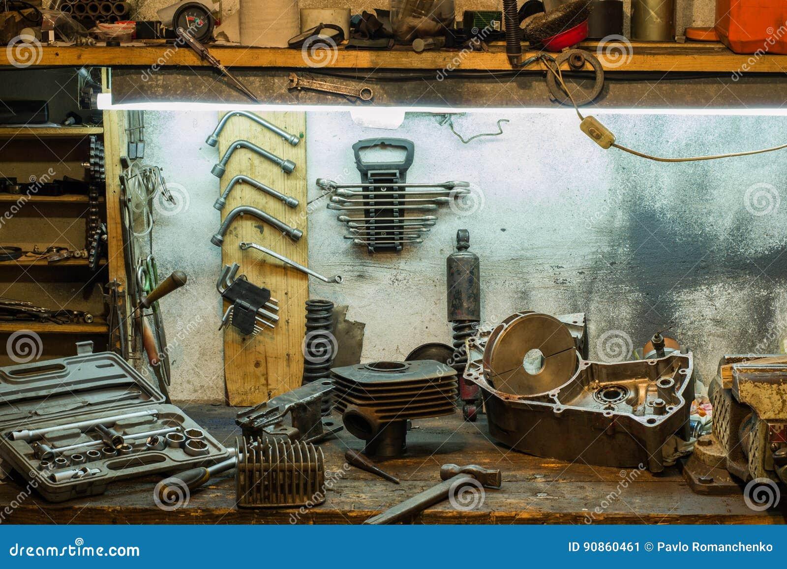 Motorrad zerteilt auf dem Desktop in der Garage
