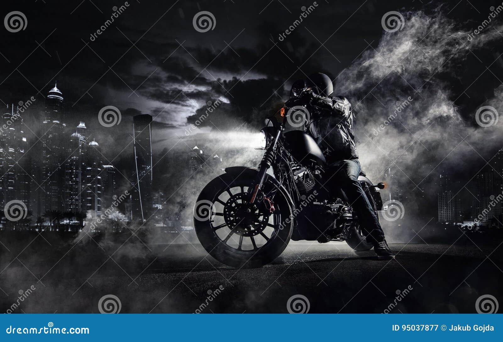 Motorradzerhacker der hohen Leistung mit Mannreiter nachts