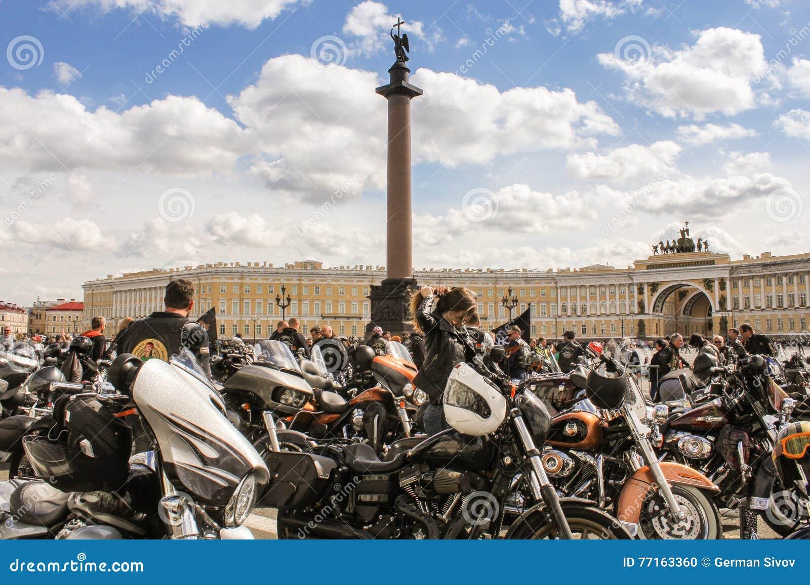 Motos avec des personnes aux sièges sociaux principaux