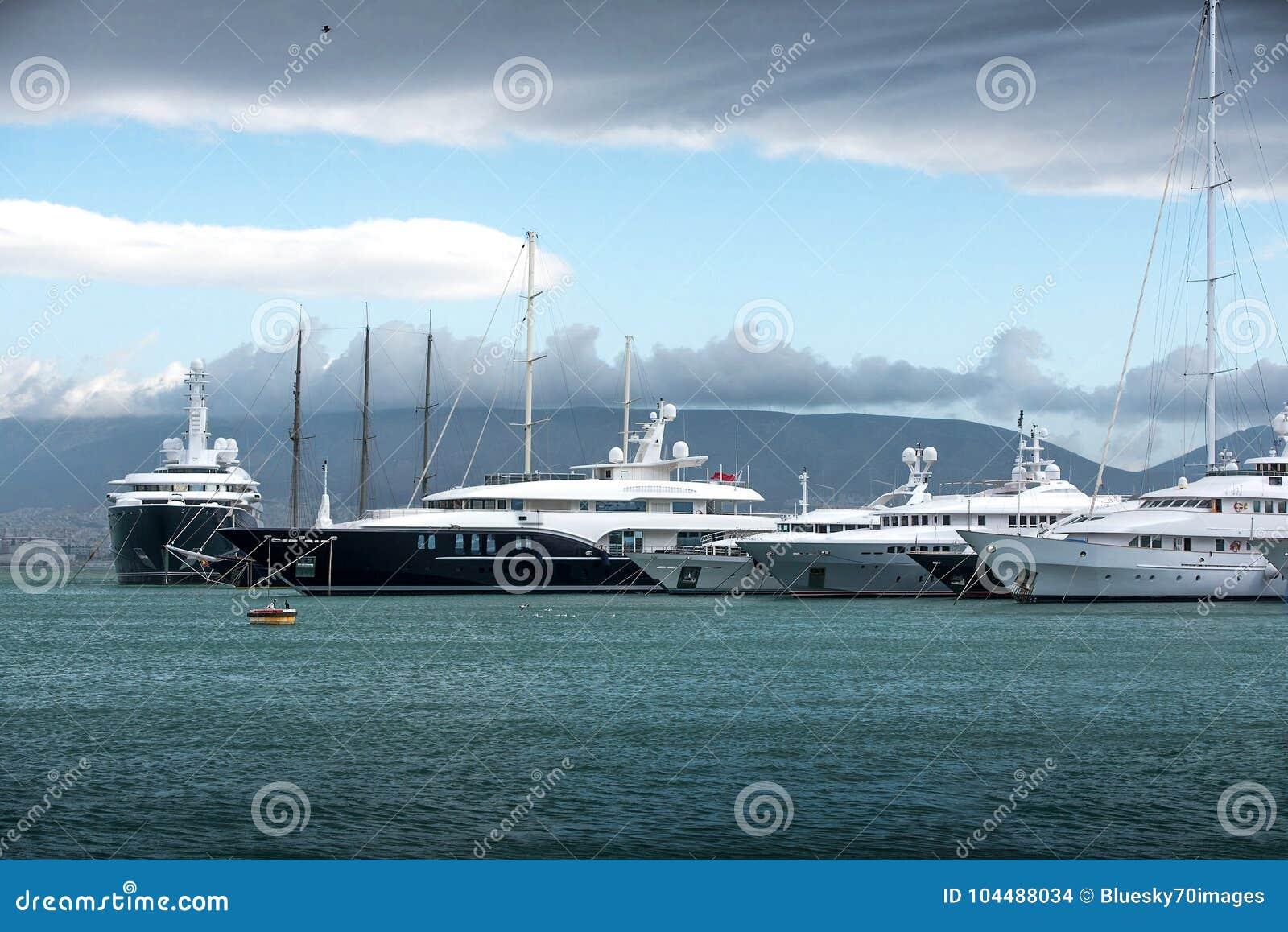Motoscafi e yacht di lusso al bacino Marina Zeas, Pireo, Gr