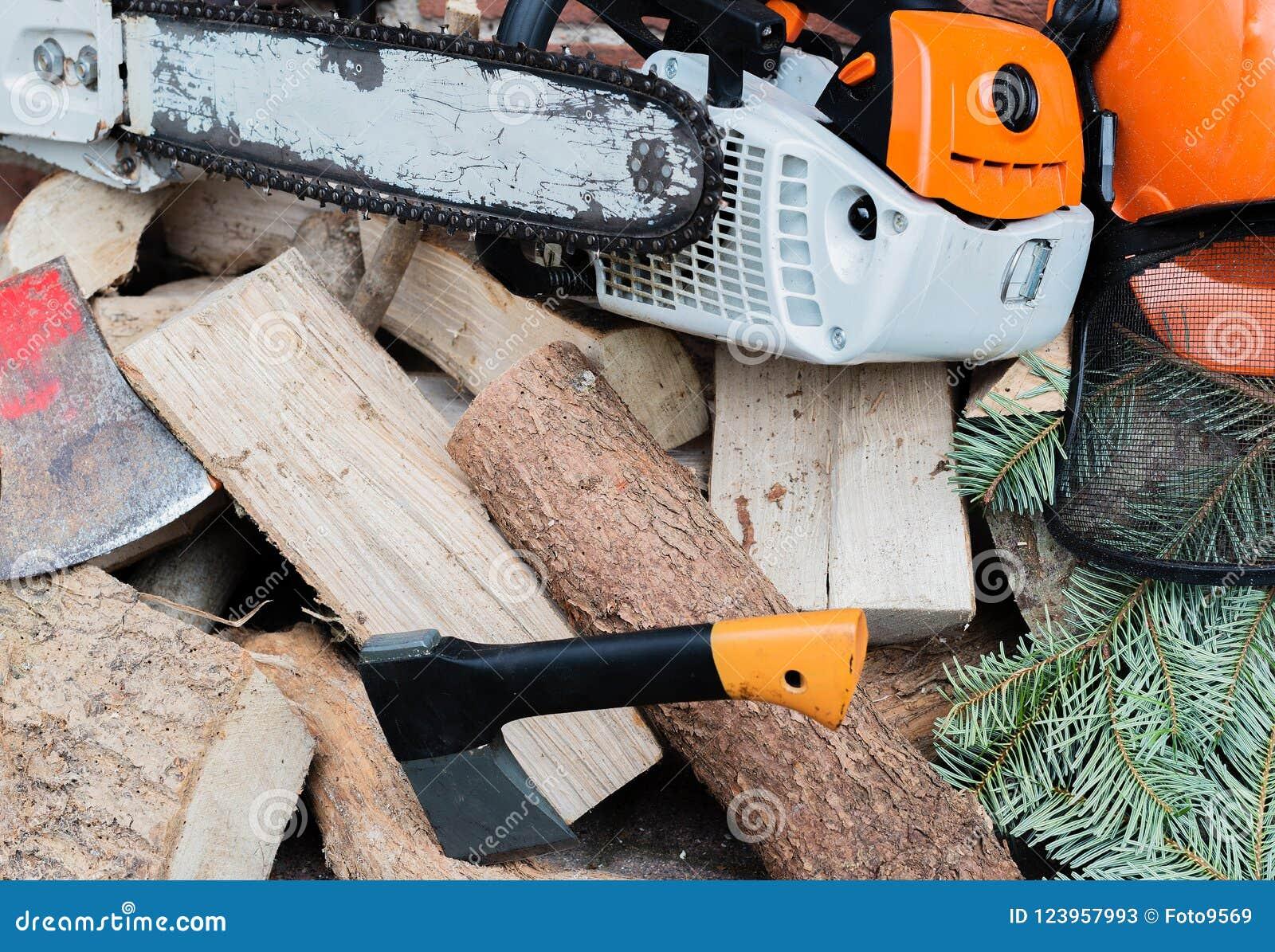 Motosega guidata benzina su una pila di legno