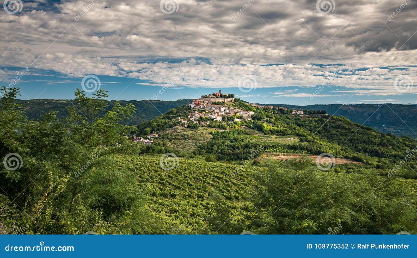 Motovun a cidade pequena nos montes de Istria na Croácia