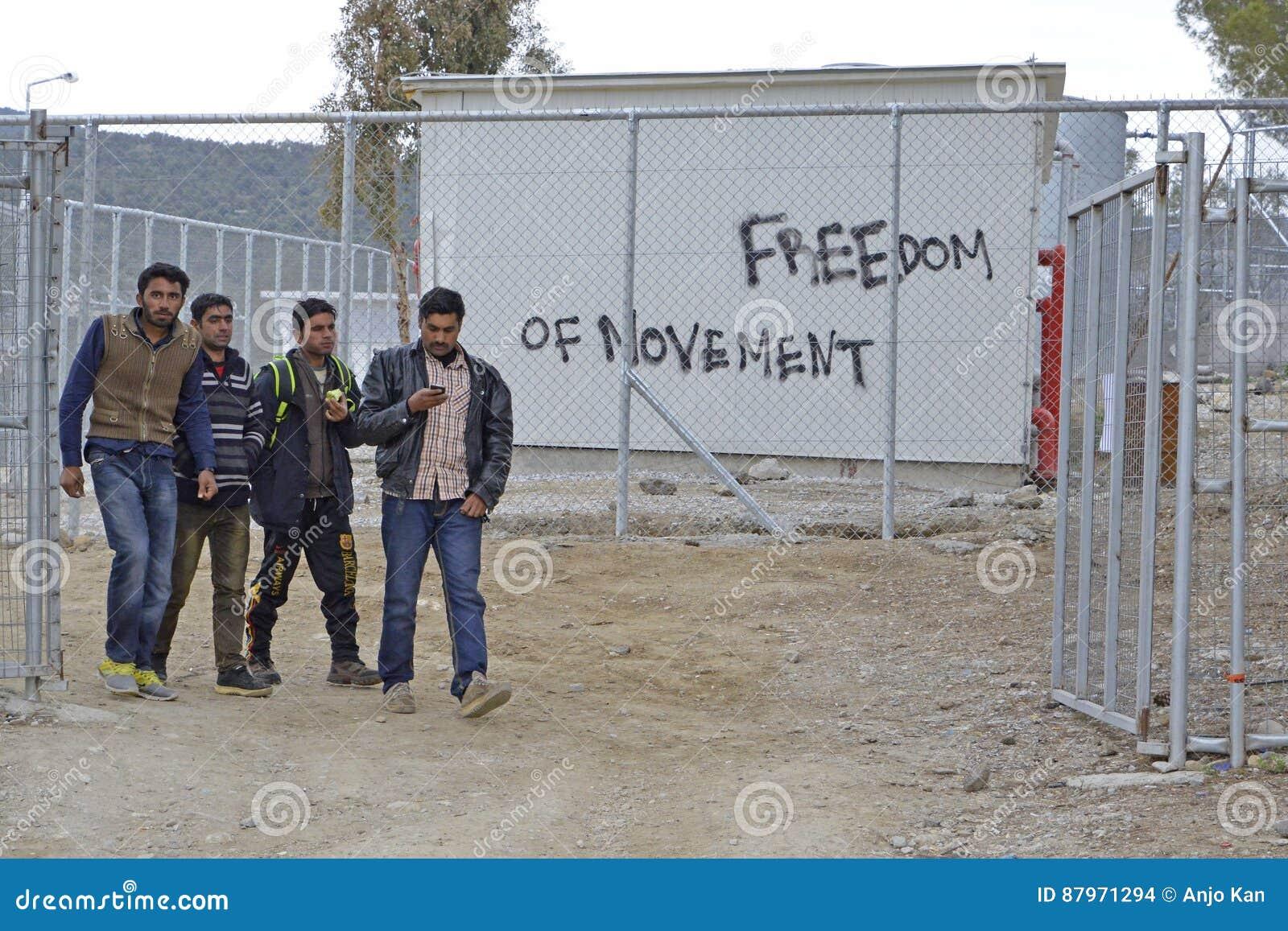 Mots écrits par des réfugiés et des volontaires sur des murs au Grec i