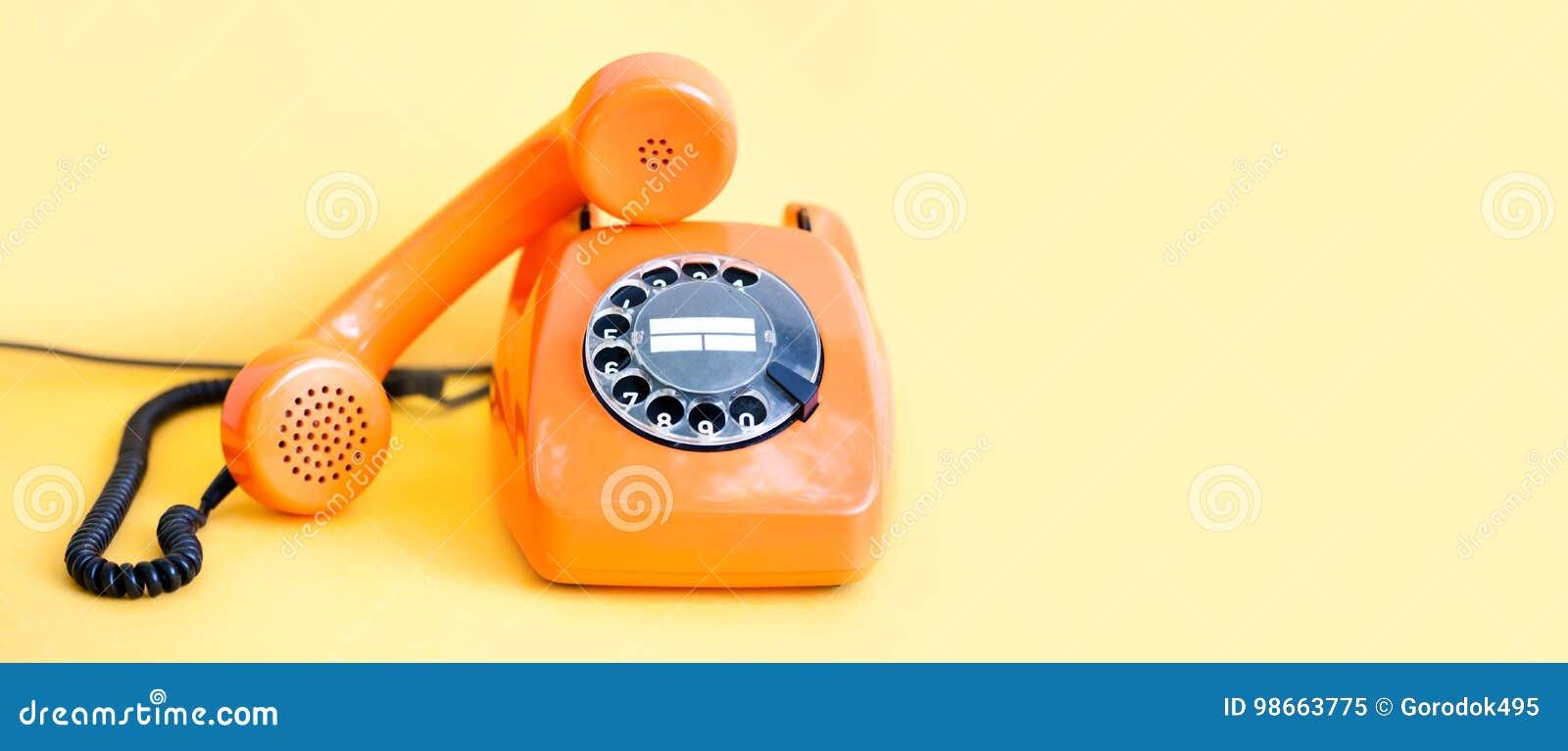 Mottagare för telefonlur för tappningtelefon upptagen på gul bakgrund För telefonkommunikation för Retro stil orange begrepp för