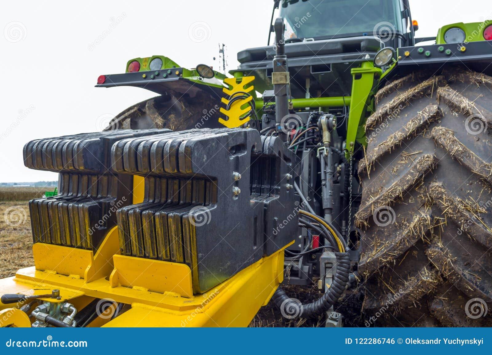 Motvikt monterade bak en kraftig modern traktor