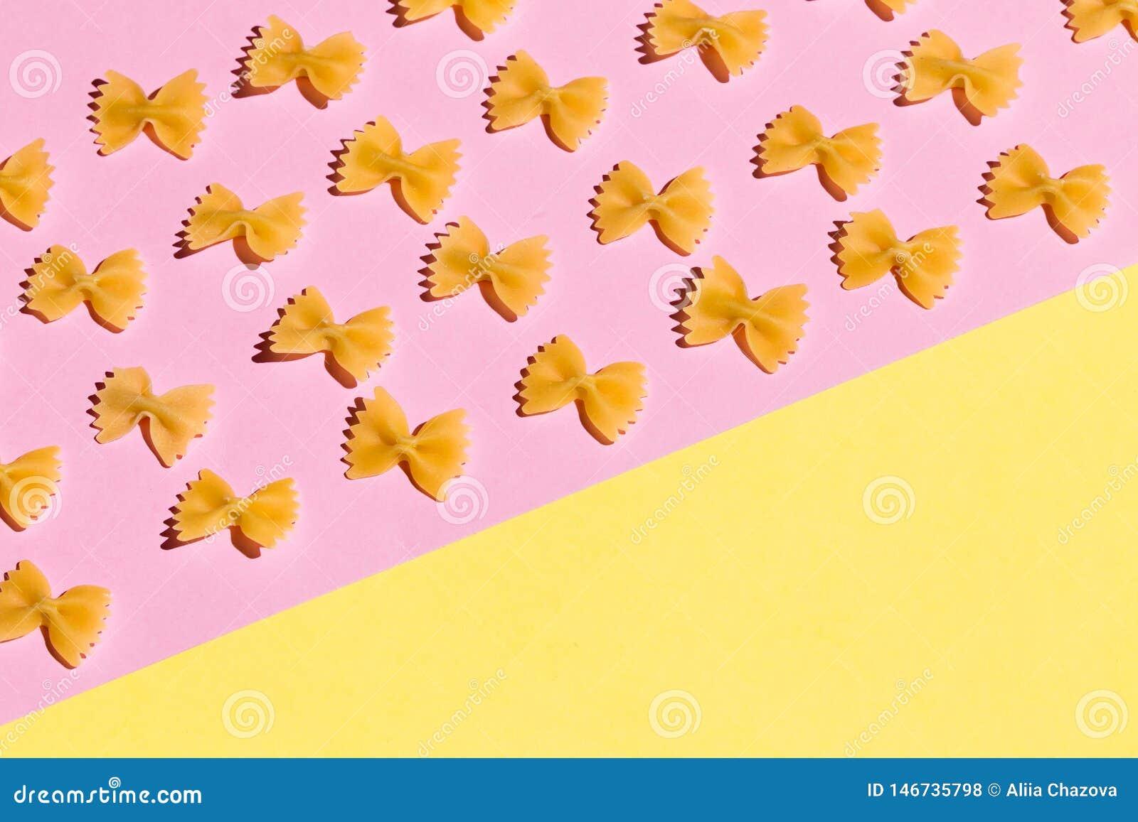 Motyle od mąki odizolowywającej na różowym tle