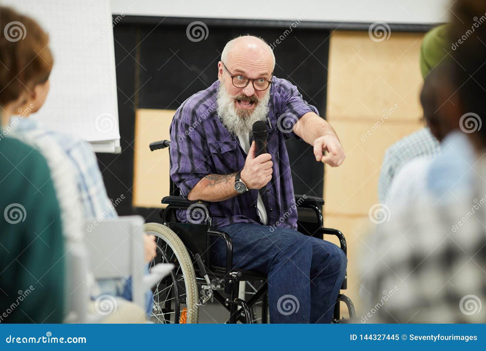 Motywacyjny niepełnosprawny mówca przy konferencją