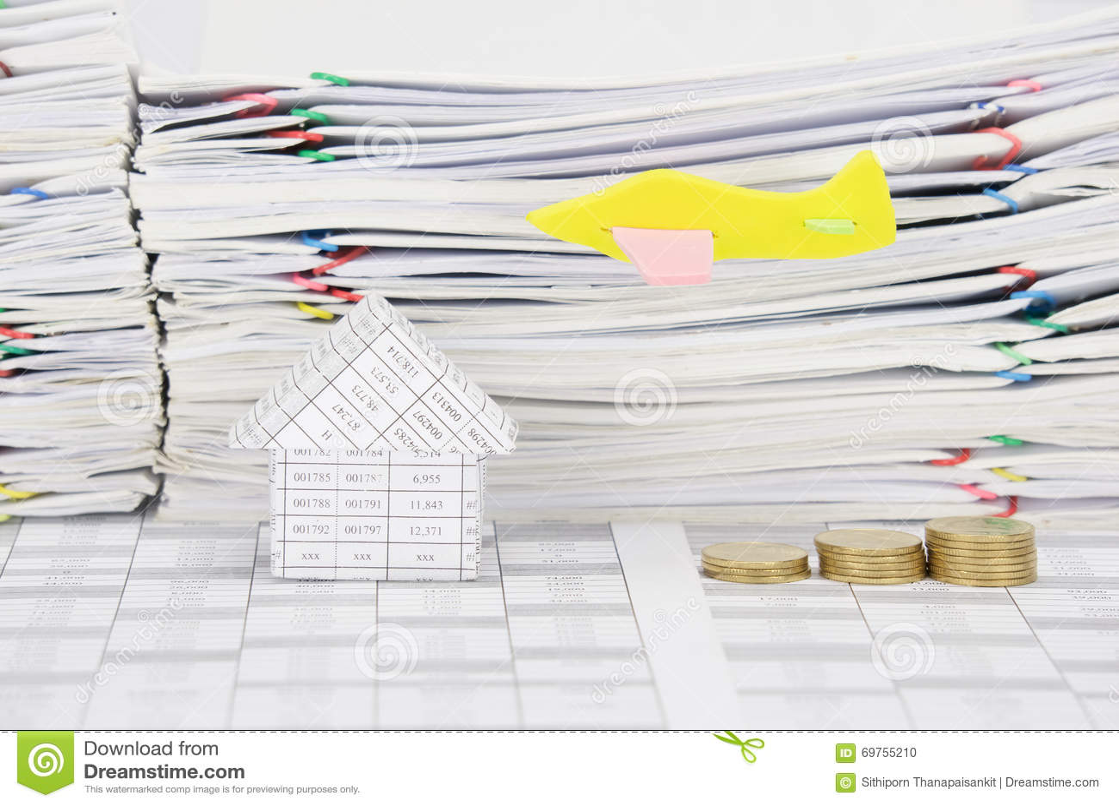 mouche d'avion au-dessus de maison et de pile d'étape des pièces d