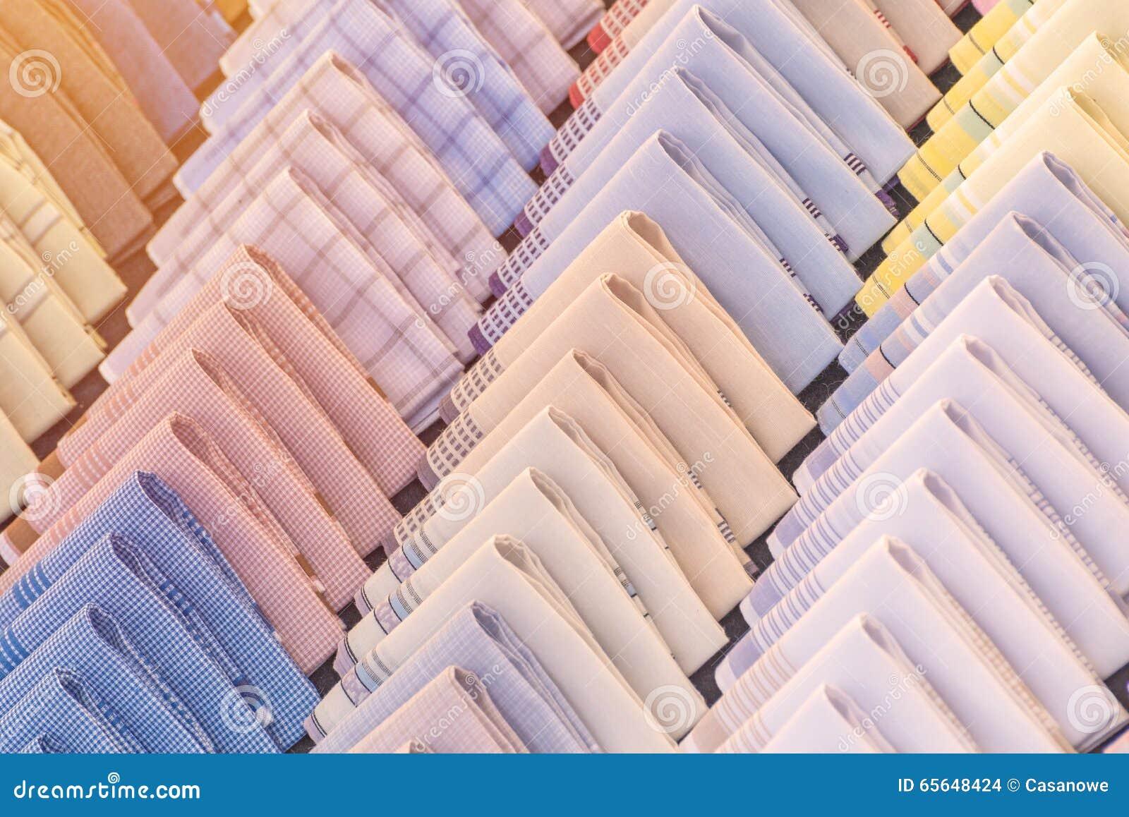 Mouchoir coloré accrochant sur le mur