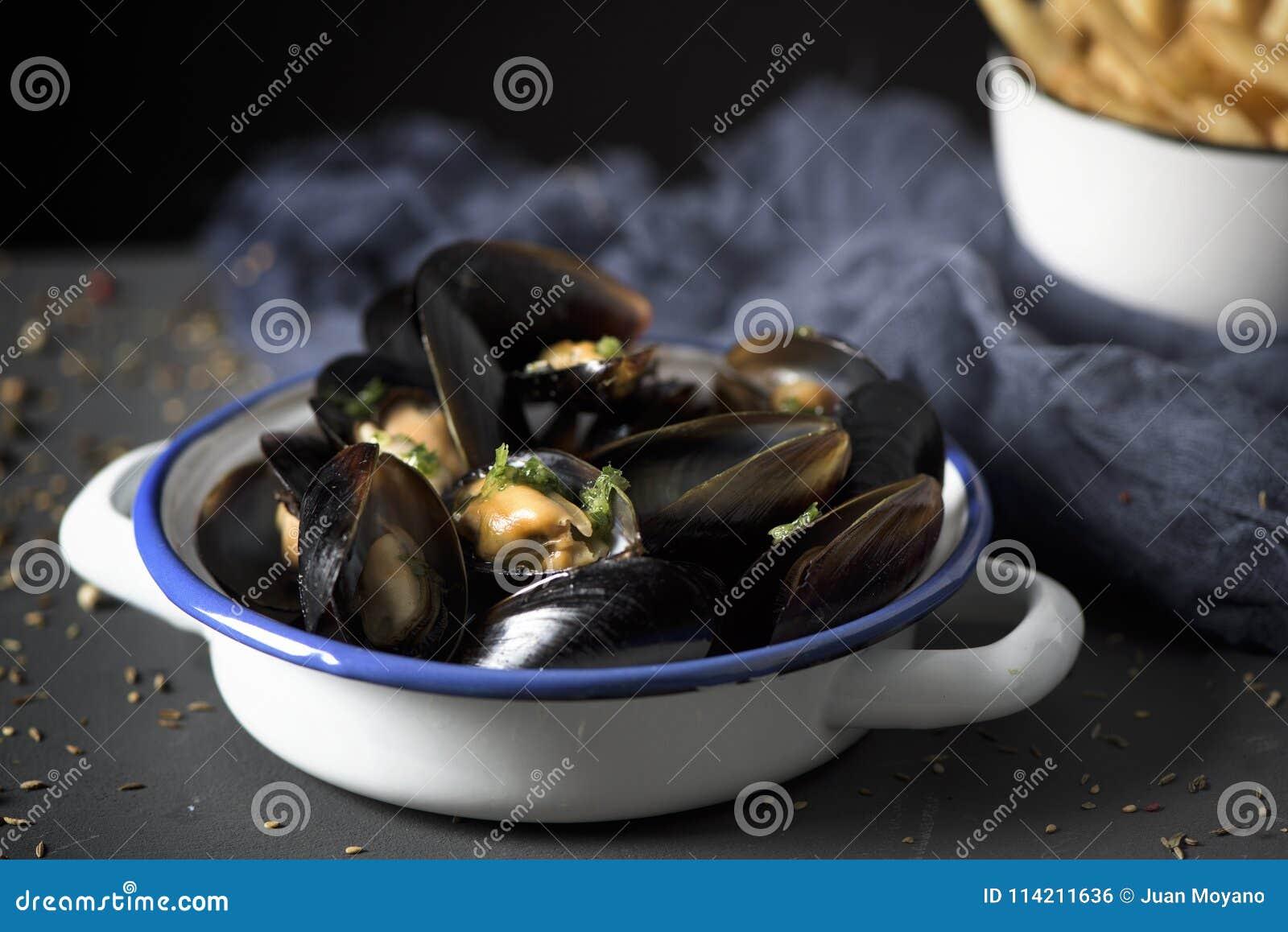Moules-frites, typowi Belgijscy mussels i dłoniaki,