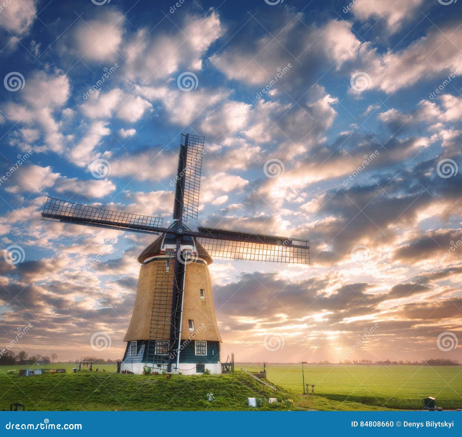 Moulin à vent au lever de soleil aux Pays-Bas Beau vieux moulin à vent néerlandais