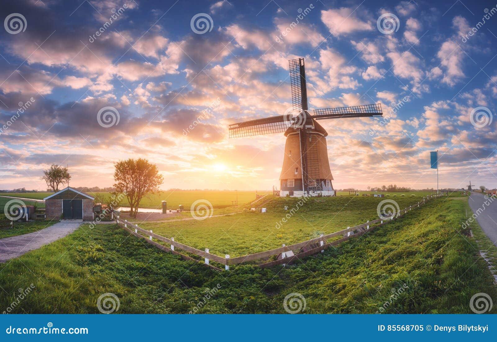Moulin à vent au lever de soleil aux Pays-Bas Paysage panoramique de ressort