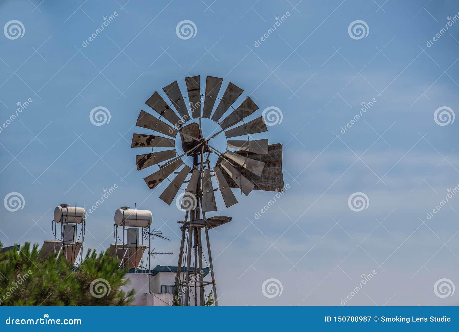 Moulin à vent dans un environnement de ville avec le ciel bleu