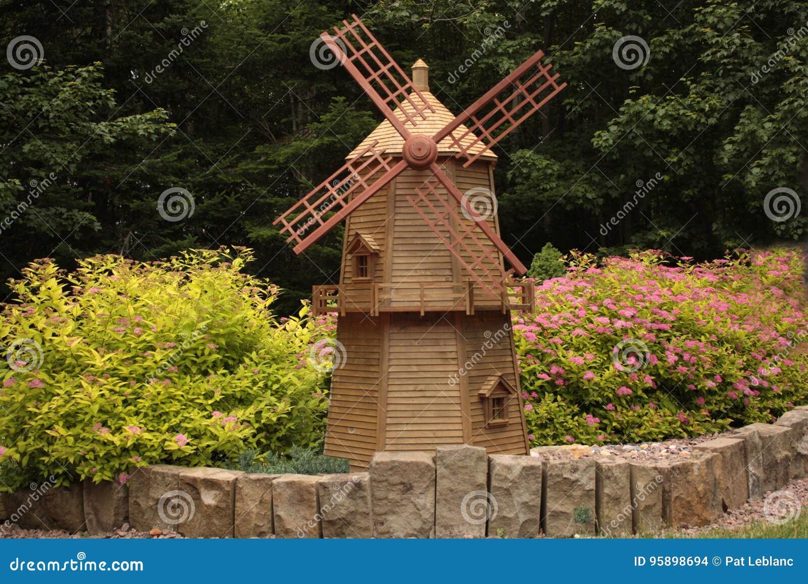 moulin vent de jardin photo stock image du wooden 95898694. Black Bedroom Furniture Sets. Home Design Ideas