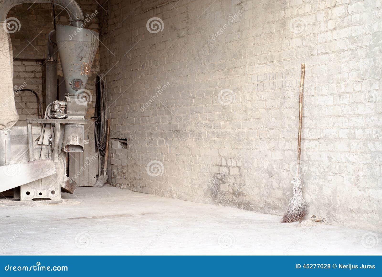 Moulin lectrique de ma s et balai en bois au mur photo stock image 45277028 - Sorbetiere manuelle et electrique en bois ...