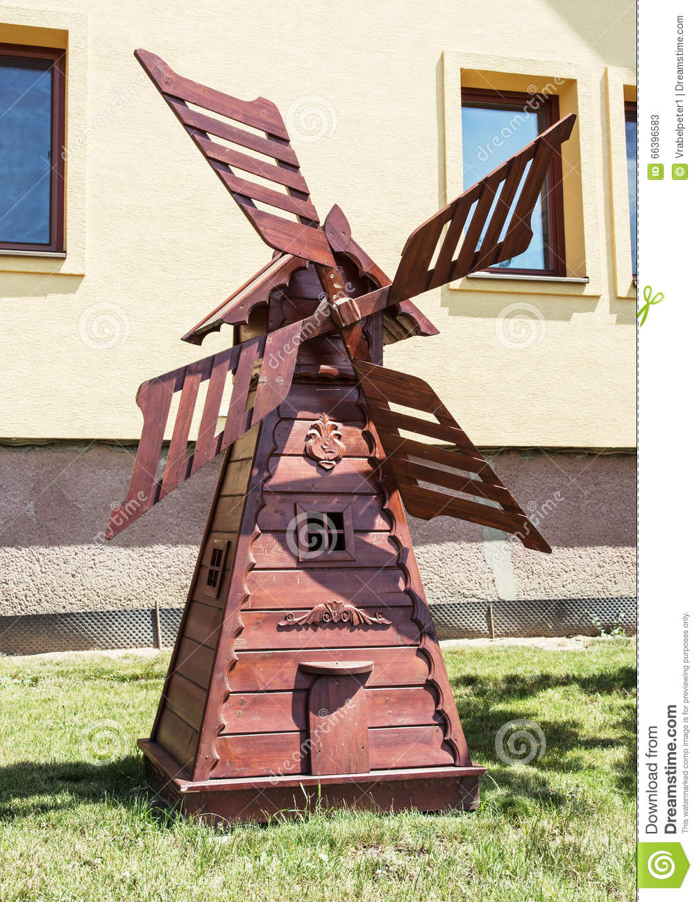 Moulin vent en bois d coratif dans le jardin d coupant l 39 art photo sto - Moulin a vent decoratif ...