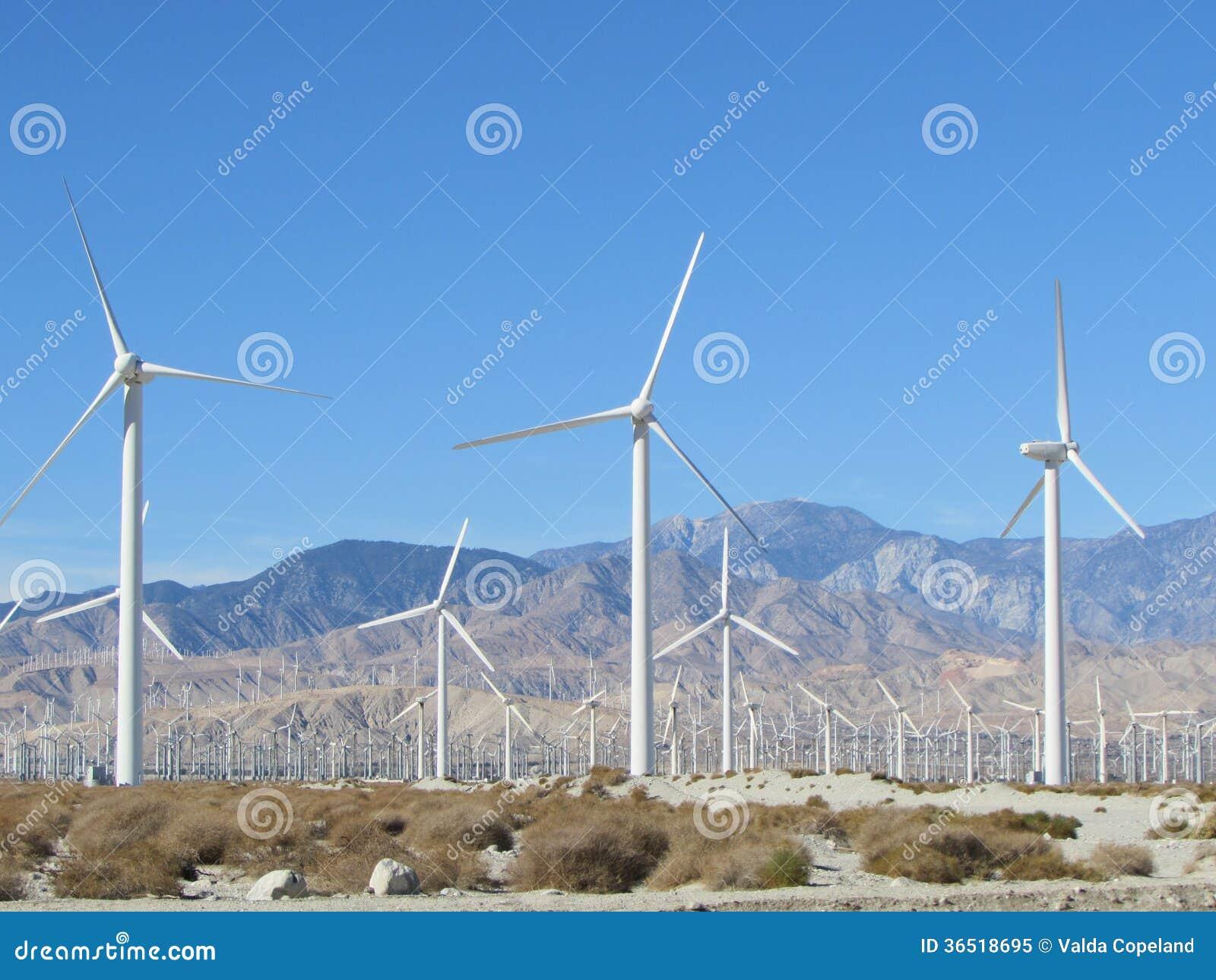 Moulins à vent de désert avec des montagnes
