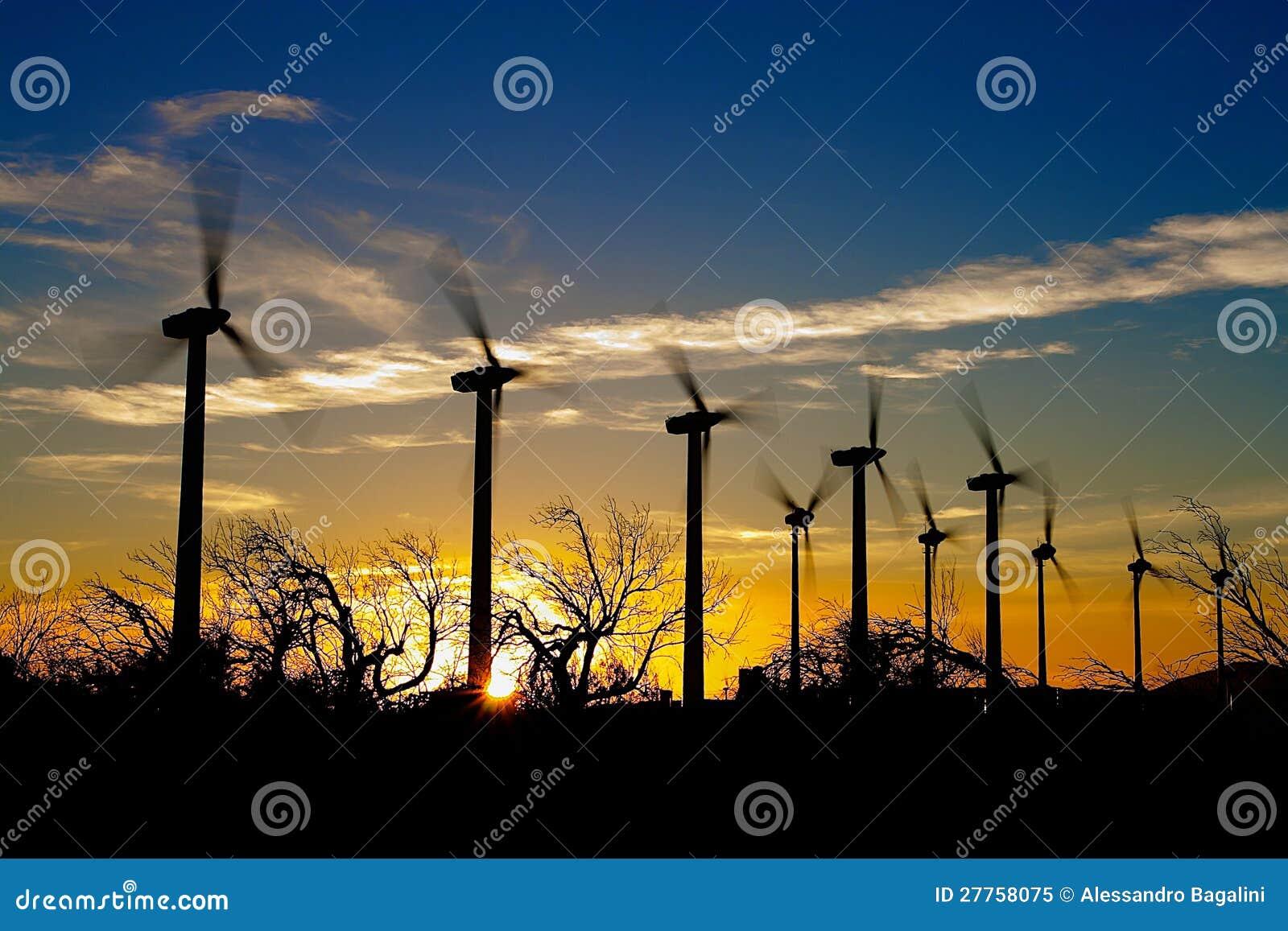 Moulins à vent sur le coucher du soleil