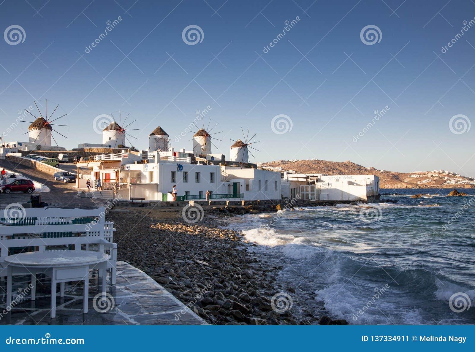 Moulins ? vent traditionnels de vue c?l?bre sur l ?le Mykonos, Gr?ce