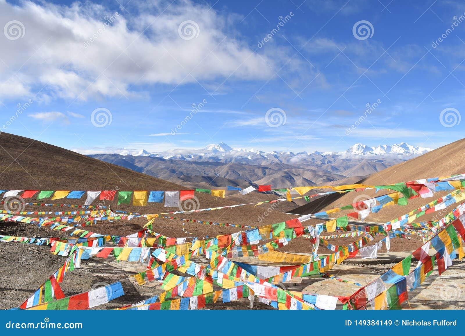 Mount Everest med b?nflaggor i f?rgrund