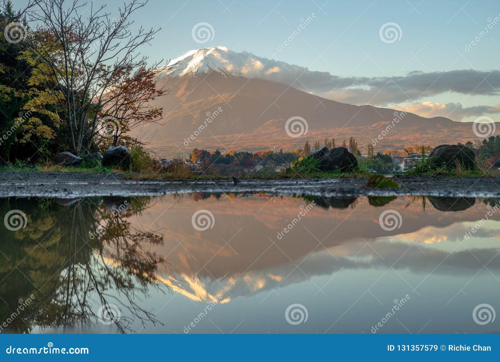Mount Fuji и озеро Kawaguchi в Yamanashi, Японии