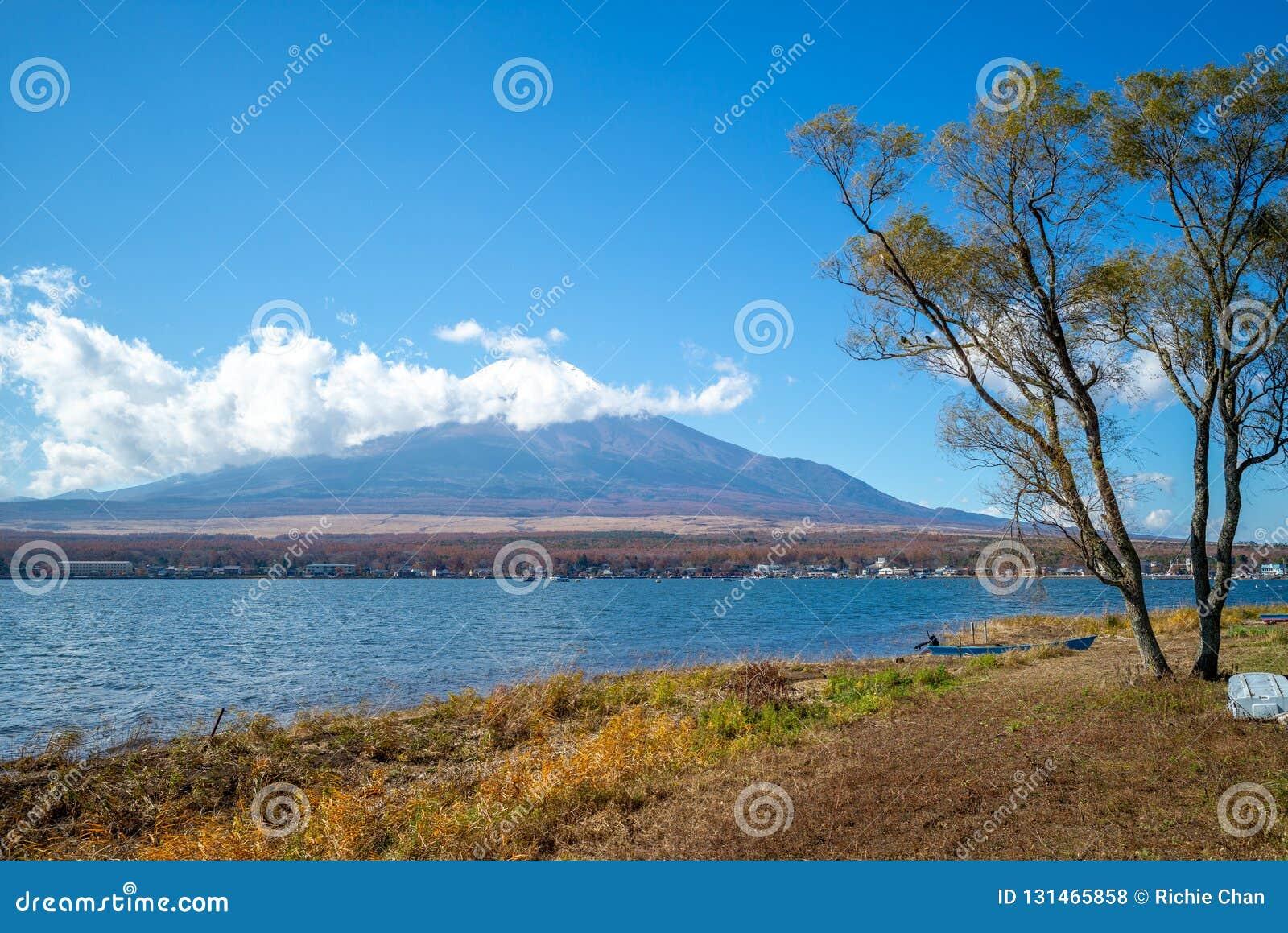 Mount Fuji и озеро Yamanaka в Yamanashi, Японии