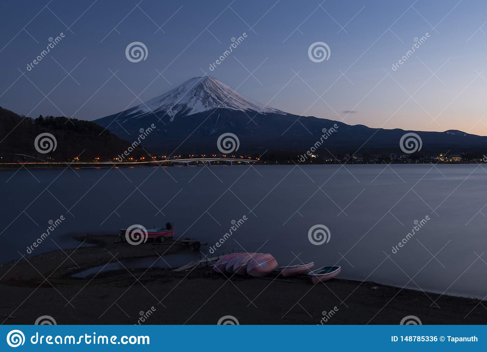 Mount Fuji och sjö Kawaguchi under solnedgång, Japan