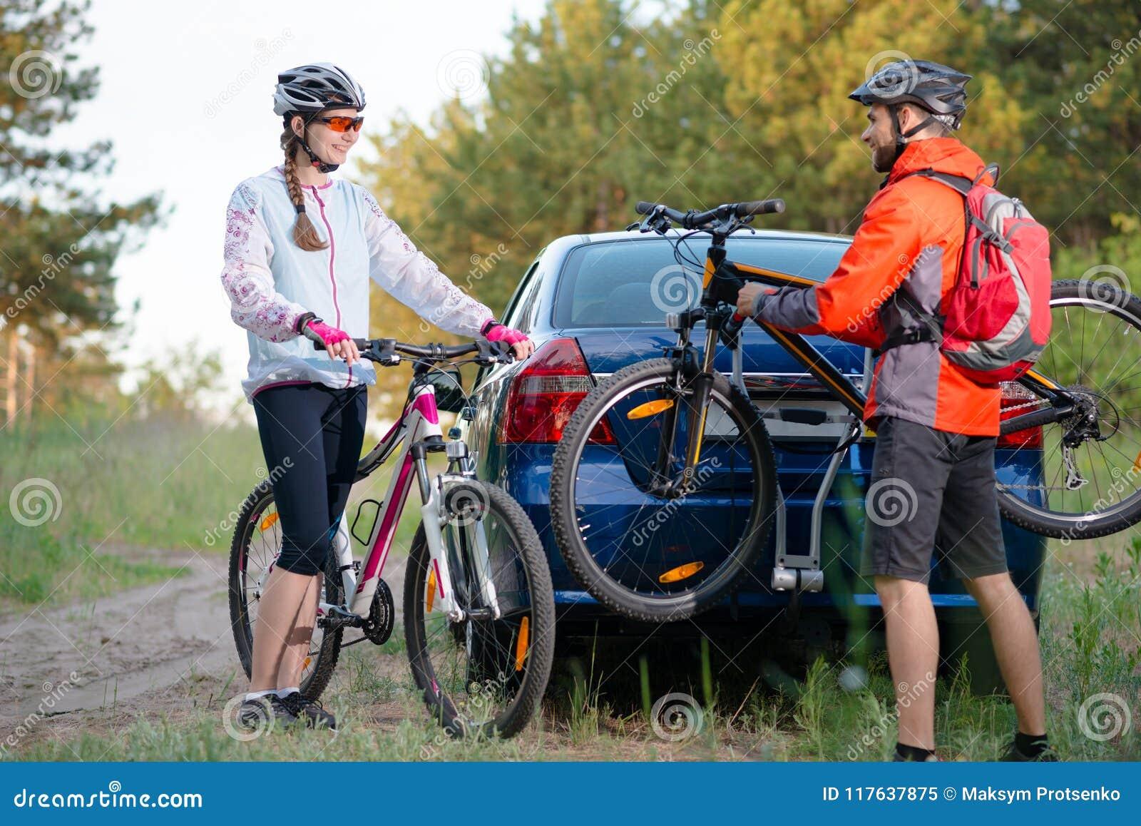 Mountain bike novos de Unmounting dos pares da cremalheira da bicicleta no carro Conceito do curso da aventura e da família
