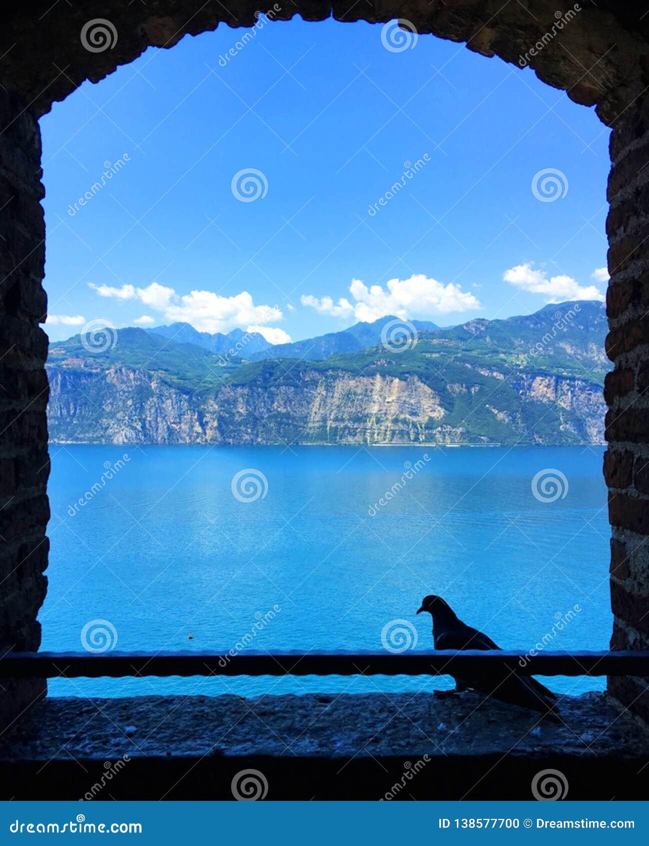 Mountain View durch ein offenes Fenster